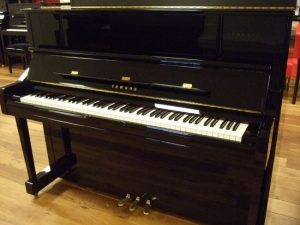 yamaha piano u1 yus zwart hoogglans messing open