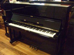 yamaha piano u1m zwart hoogglans messing open
