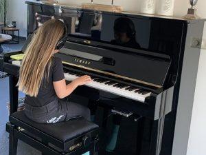 yamaha piano u1d silent genio premium zwart hoogglans messing open