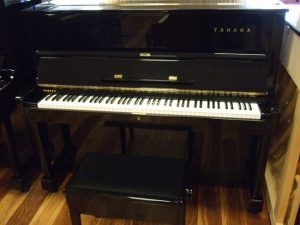 yamaha piano u1d zwart hoogglans messing open