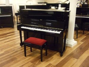 yamaha piano u1h zwart hoogglans messing open2