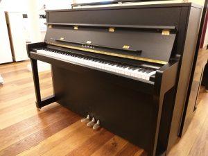 kawai piano e200 zwart mat messing open