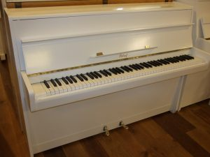 petrof piano 113 wit hoogglans messing open
