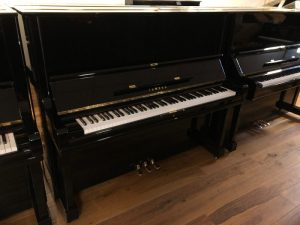 yamaha piano u3h zwart hoogglans messing open