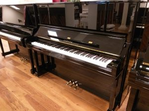 yamaha piano u3 yu30 zwart hoogglans messing open
